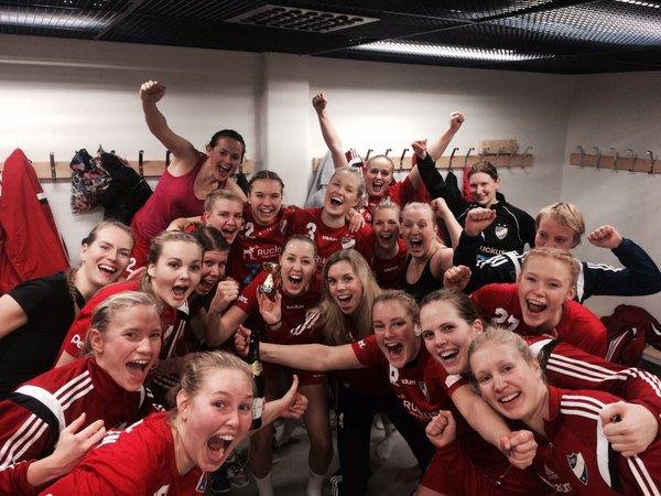 Glada HIFK:are efter matchen. Photo: HIFK Damhandboll